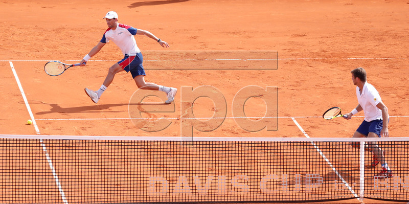 epa07022321 Mike Bryan (L) and Ryan Harrison (R) of USA return to their opponents Mate Pavic and Ivan Dodig of Croatia in the double match for the Davis Cup semi final tie between Croatia and the USA in Zadar, Croatia, 15 September 2018. EPA-EFE/ANTONIO BAT
