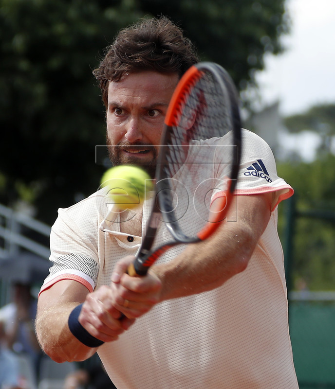 Ernests Gulbis of Latvia plays Matteo Berrettini of Italy during their men?s second round match during the French Open tennis tournament at Roland Garros in Paris, France, 30 May 2018. EPA-EFE/GUILLAUME HORCAJUELO
