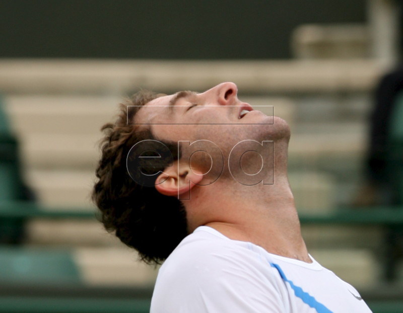 epa01047443 Justin Gimelstob of the US reacts during his singles match against Andy Roddick the first day of play at Wimbledon tennis championships at the All England Lawn Tennis Club in Wimbledon, Britain, 25 June 2007. EPA/ANDY RAIN EDITORIAL USE ONLY/NO COMMERCIAL SALES
