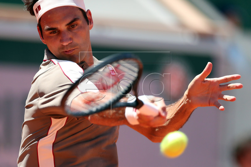 Roger Federer of Switzerland plays Leonardo Mayer of Argentina during their men?s round of 16 match during the French Open tennis tournament at Roland Garros in Paris, France, 02 June 2019. EPA-EFE/SRDJAN SUKI