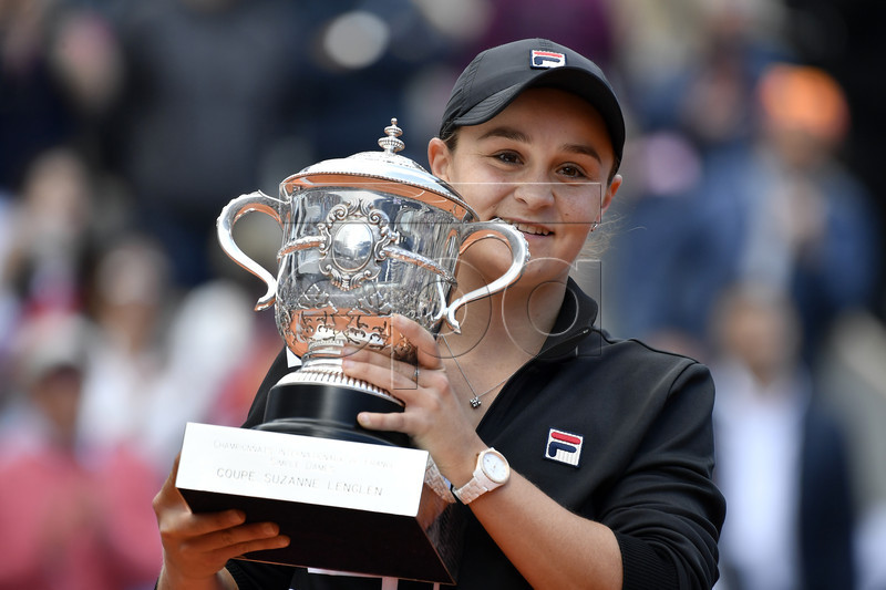 Ashleigh Barty of Australia poses with the trophy after winning the women?s final match during the French Open tennis tournament at Roland Garros in Paris, France, 08 June 2019. EPA-EFE/JULIEN DE ROSA